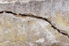 De gebarsten Witte Achtergrond van de Muurtextuur, zeer oude muur met een barst op het royalty-vrije stock afbeeldingen