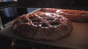 De gebeëindigde banketbakkerij met een glanzende korst is op de plank Vers van de Oven stock video