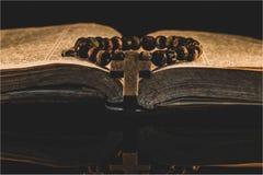 De gebedband ligt op een open oude bijbel stock afbeeldingen