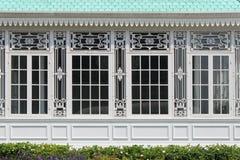 De gebeeldhouwde patronen verfraaien de kaders van de vensters van een gebouw in Dusit-park in Bangkok (Thailand) Stock Foto