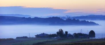 De gebieden en de weiden onder vroege ochtend vertroebelen - Podkarpacie-gebied, Lesser Poland-provincie, Polen Royalty-vrije Stock Foto's