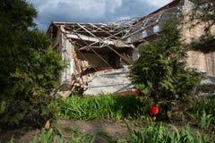 De gebombardeerde bouw in Donetsk Stock Foto