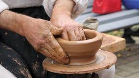 De geboorte van aardewerk op een aardewerkwiel stock videobeelden