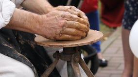 De geboorte van aardewerk op een aardewerkwiel stock video