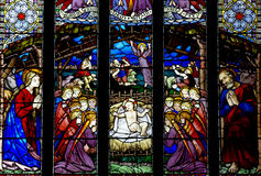 De Geboorte van Christus: de geboorte van Jesus in gebrandschilderd glas Stock Foto