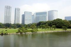 De gebouwen die van het bureau Japanse tuin omringen Stock Afbeelding