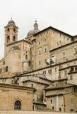 De gebouwen en de daken van Urbino in Italië Stock Foto's