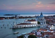 De gebouwen en het kanaal van Venetië in de zonsondergang Royalty-vrije Stock Foto's
