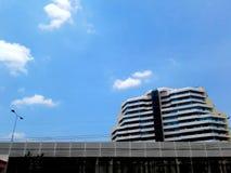 De gebouwen en stegen en de grote gebouwen hebben daglicht royalty-vrije stock fotografie