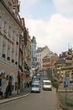 De gebouwen in Karlovy variëren of Carlsbad die een kuuroordstad die in westelijke Bohemen, Tsjechische Republiek wordt gesitueer Royalty-vrije Stock Fotografie