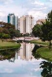 De gebouwen overdachten het water van een rivier, in Ecologisch P stock fotografie