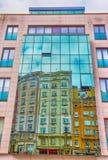 De gebouwen in de spiegelvensters worden weerspiegeld, a-coruna, de stadscentrum van Galicië, Spanje/Stads kleurt gebouwen dat stock foto