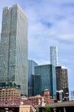 De gebouwen van Chicago langs de rivier van Chicago Stock Foto's