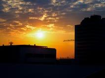 De gebouwen van de silhouetbouw bij zonsondergang en bewolkt in Bangkok Stock Fotografie