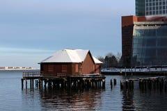 De gebouwen van de stad op de haven Stock Foto's