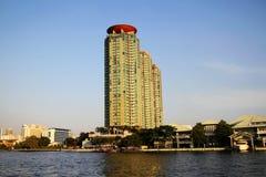 De Gebouwen van de waterkant in Bangkok, Thailand. Stock Foto's