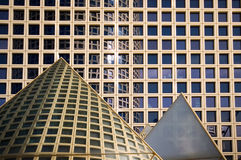 De gebouwen van het bureau en piramides Royalty-vrije Stock Afbeeldingen