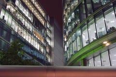 De Gebouwen van het bureau in Londen bij nacht Stock Foto