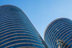 De Gebouwen van het bureau in Ronde Skyscrappers Stock Foto's