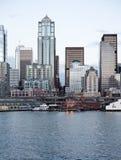 De gebouwen van het de horizonbureau van de stad bij schemer op de baai Stock Fotografie
