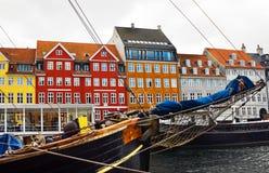 De gebouwen van het jacht en van de kleur in Nyhavn, Kopenhagen Royalty-vrije Stock Afbeeldingen