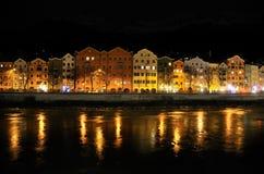 De gebouwen van Histroric bij nacht in Innsbruck Royalty-vrije Stock Afbeelding
