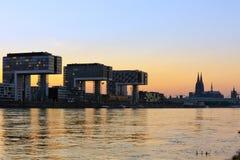 De gebouwen van Kranhaus en de Kathedraal van Keulen Royalty-vrije Stock Fotografie