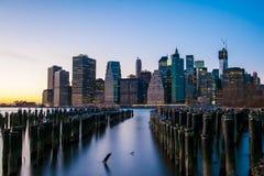 De gebouwen van Manhattan bij zonsondergang Stock Afbeeldingen