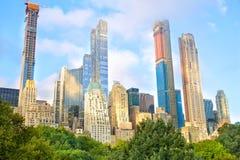 De gebouwen van Manhattan van Central Park stock afbeeldingen