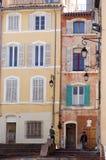 De gebouwen van Marseille met kleurrijke vensters Stock Foto's