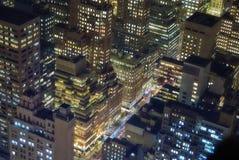 De gebouwen van New York bij nacht royalty-vrije stock foto's