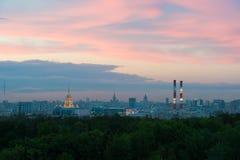 De gebouwen van de stadscentrum van Moskou bij zonsondergangtijd royalty-vrije stock fotografie