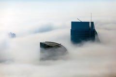 De gebouwen zijn behandeld in dikke laag van mist Royalty-vrije Stock Fotografie