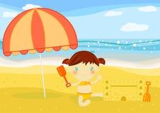 De gebouwenzandkasteel van het meisje op het strand Stock Foto's