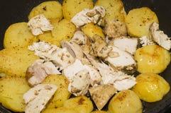 De gebraden aardappels en de kip Royalty-vrije Stock Foto