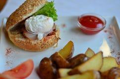 De gebraden aardappels sneden met hamburger en stroopten ei met saus stock foto's