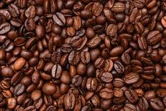 De gebraden donkere achtergrond van Koffiebonen Stock Afbeeldingen
