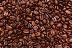 De gebraden donkere achtergrond van Koffiebonen Stock Foto's