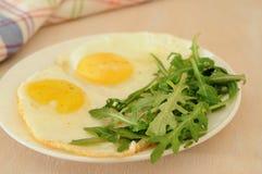 De gebraden eieren met arugula, jus d'orange, croissant, continentaal ontbijtconcept stock foto's