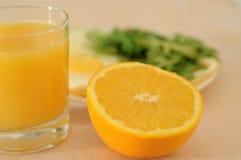 De gebraden eieren met arugula, jus d'orange, croissant, continentaal ontbijtconcept royalty-vrije stock afbeeldingen