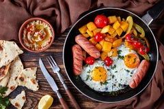 De gebraden eieren, pompoen, baba ganoush onderdompeling, vlakte lagen stock foto's