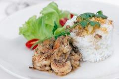 De gebraden garnalen met knoflook en zwarte peper, dienen met gekookt ric Stock Foto