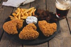 De gebraden kippenvleugels paneerden knapperig met de frieten gebraden snack van het de croutonsbier van het roggebrood Stock Afbeeldingen