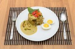 De gebraden rijst groene kerrie met varkensvlees en kookt ei Stock Foto's