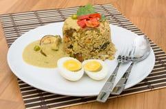 De gebraden rijst groene kerrie met varkensvlees en kookt ei Stock Afbeelding