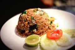 ` De gebraden rijst met gezouten vissen ` is Thais voedsel stock fotografie