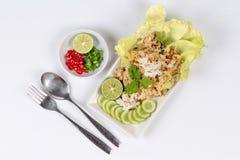 De gebraden rijst met krab bedekte het gemengde kruid gediende kruidige zure vullen Zachte nadruk Stock Foto