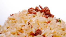 De gebraden rijst met rundvlees op een kom roteert en pauzeert stock videobeelden