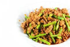 De gebraden saus van het Spaanse pepersdeeg met varkensvlees met cowpea Thais voedsel op wit Royalty-vrije Stock Afbeelding