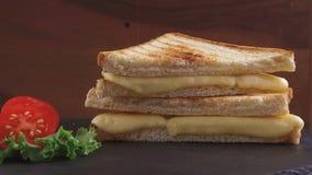 De gebraden toost met kaas op een steenoppervlakte roteert stock footage